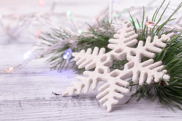 Decorações de natal: floco de neve pinheiro ramo guirlanda close-up