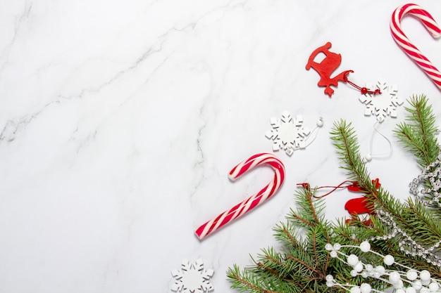 Decorações de natal, flocos de neve, ramo de abeto, cana de veado e caramelo.