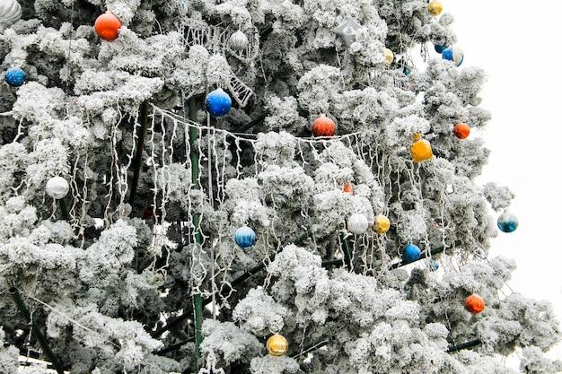 Decorações de natal na árvore de natal cobertas de geada