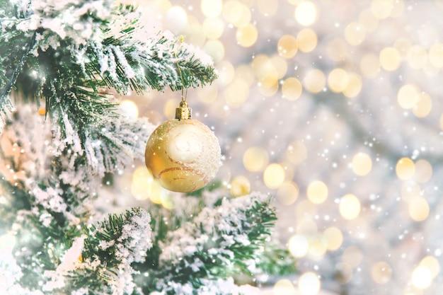 Decorações de natal na árvore, férias, foco seletivo.