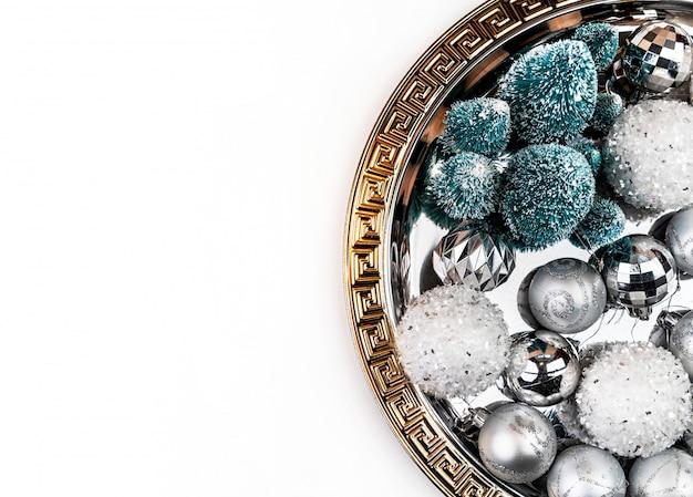Decorações de natal na bandeja de prata e ouro vista superior plana leigos com copyspace