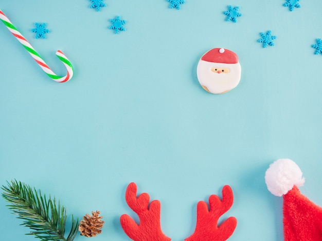 Decorações de natal na mesa azul clara.