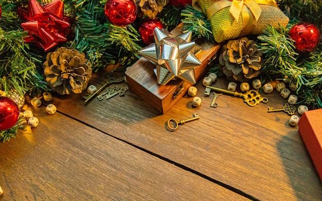 Decorações de natal na mesa de madeira para o conteúdo de férias.