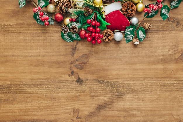Decorações de natal no topo com espaço vazio para texto