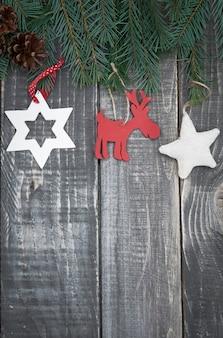 Decorações de natal penduradas em galhos de pinheiros