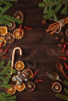 Decorações de natal perfumadas e naturais para uma árvore livre de plástico: paus de canela, fatias de laranja secas, pinhas, pinhas, anis estrelado.