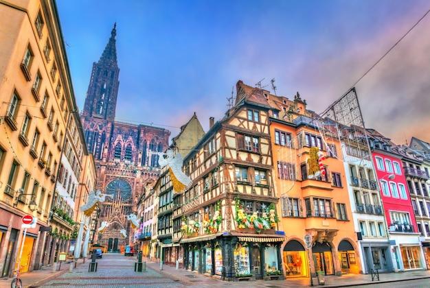 Decorações de natal perto da catedral de estrasburgo, frança