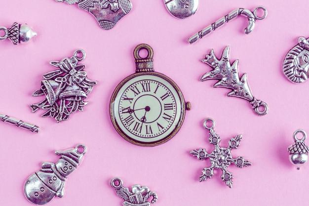 Decorações de natal prata com relógio retrô