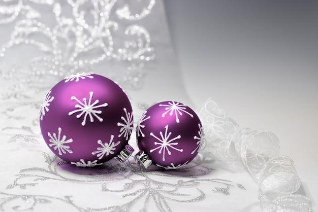 Decorações de natal roxa com ornamento de prata