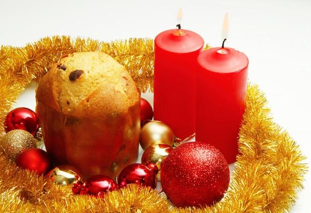 Decorações de natal vermelhas em ramos de abeto