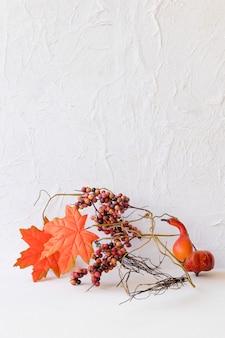 Decorações de outono perto da parede branca