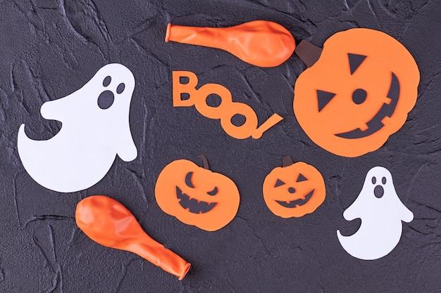Decorações de papel colorido para o halloween.