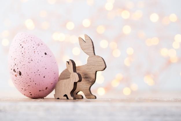 Decorações de páscoa, coelhos de madeira e ovo rosa