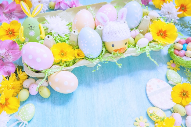 Decorações de páscoa com flores e ovos coloridos