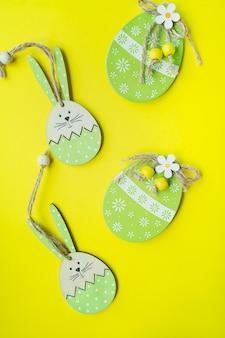Decorações de páscoa, decoração. coelhinho da páscoa e ovos de páscoa de uma árvore em um amarelo
