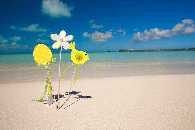 Decorações de páscoa em uma praia tropical