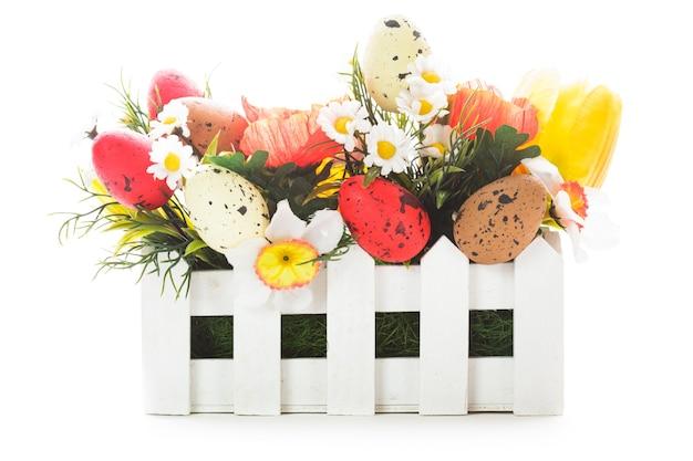 Decorações de páscoa: flores e ovos isolados no branco