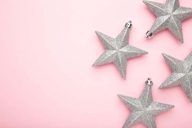 Decorações de prata com estrelas de natal