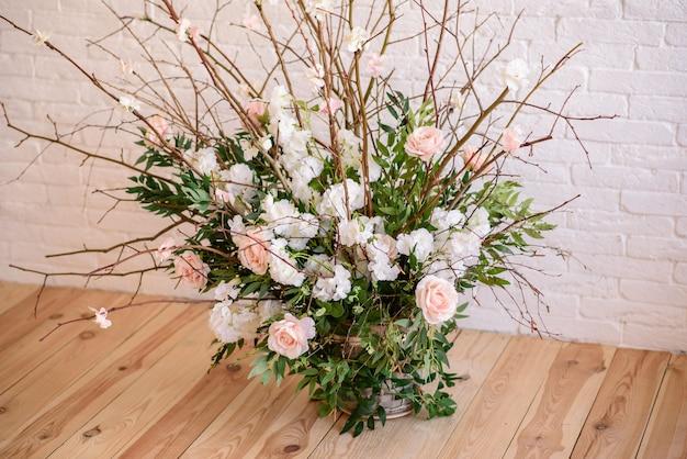 Decorações de ramos com lindas flores rosa e brancas na cesta