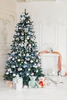 Decorações de um quarto com uma árvore de natal decorada.