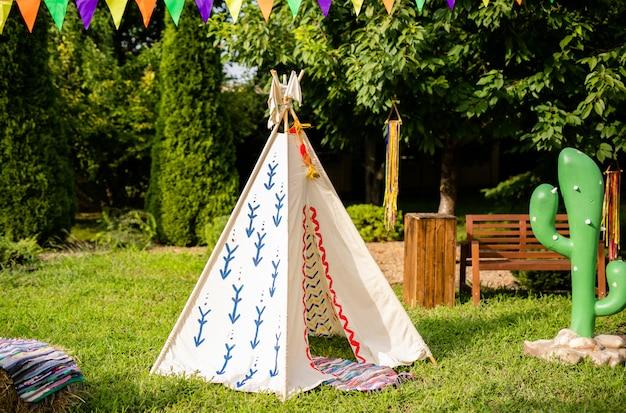 Decorações de wigwam. decoração para festa natalícia. dia quente de verão ensolarado