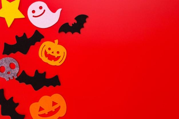 Decorações do feriado de halloween no fundo vermelho
