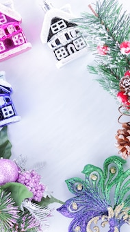 Decorações do feriado na filial de abeto em fundo branco