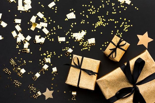 Decorações douradas com presentes