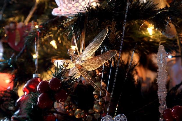 Decorações e brinquedos festivos na árvore de natal