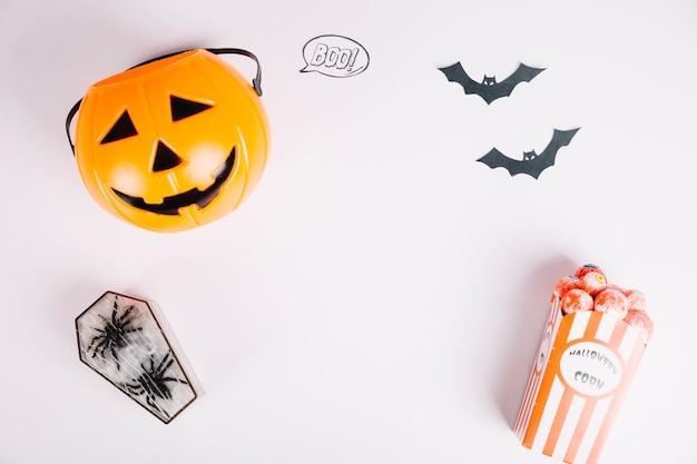 Decorações e guloseimas de halloween na superfície branca