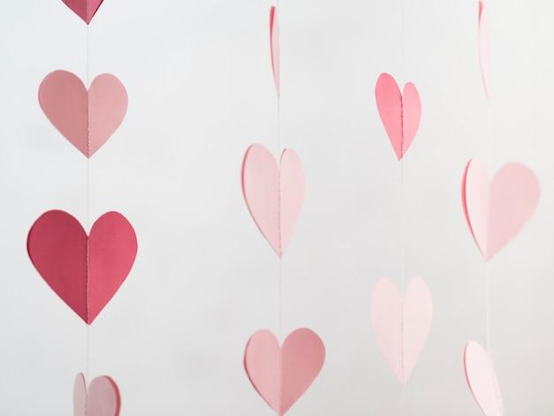 Decorações em forma de corações enforcadas