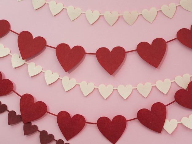 Decorações feitas de corações vermelhos e brancos