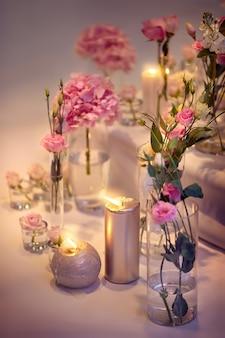 Decorações festivas de flores e velas em cores quentes