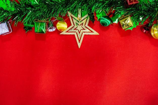 Decorações festivas de natal com caderno vazio e lápis sobre fundo de papel vermelho, novo