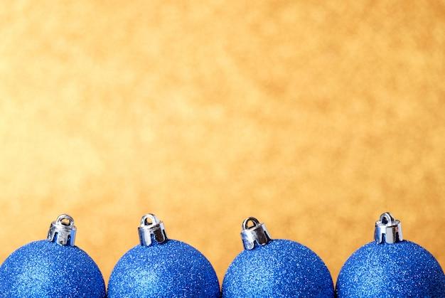 Decorações festivas de natal em fundo colorido