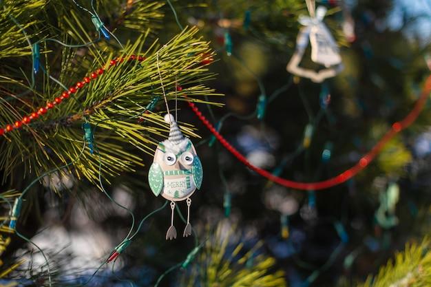 Decorações festivas de uma árvore de natal na rua.