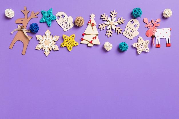 Decorações festivas e brinquedos em roxo