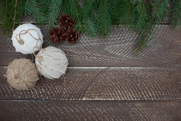Decorações naturais na mesa de madeira