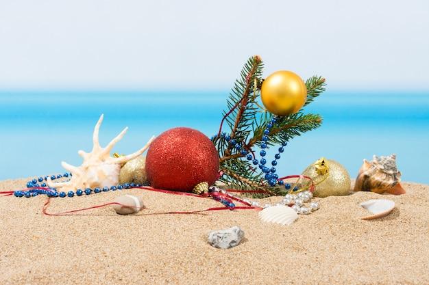 Decorações para árvores de natal na praia no tropical. conceito de feriado de ano novo em países quentes