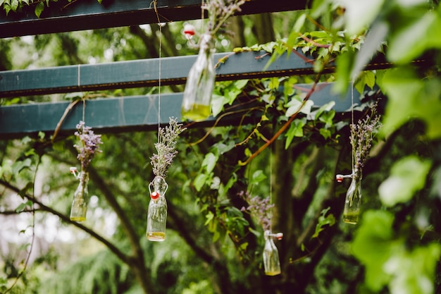 Decorações para um casamento ao ar livre rústico com motivos e flores naturais.