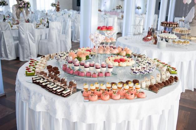 Decorações saborosas de casamento. barra de chocolate. mesa doce
