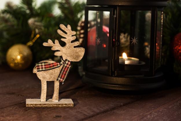 Decorações tradicionais de ano novo. fundo para um cervo de card.wooden de natal.