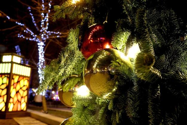 Decorado com enfeites de árvore de natal na rua com iluminada
