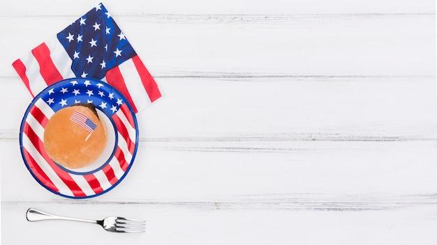 Decorado com placa de bandeira do eua, guardanapo e garfo na mesa