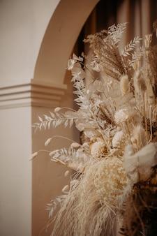 Decorado flores secas colunas interiores cortinas em arco