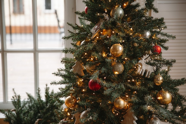 Decorado sala de natal com linda árvore de abeto