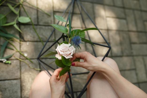 Decorador de florista que corta flores frescas e coloca-o no florário. decoração de eventos. fluxo de trabalho do florista