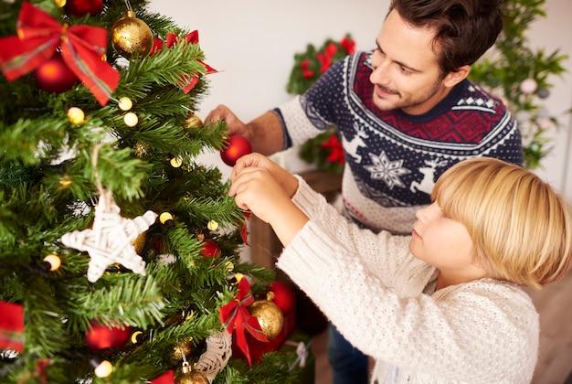 Decorando a árvore de natal com o papai