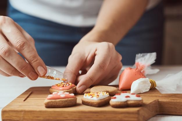 Decorando biscoitos de gengibre com cobertura