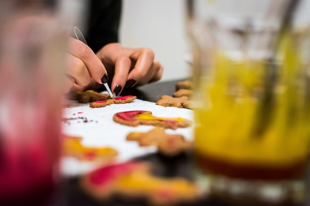 Decorando biscoitos de gengibre de páscoa